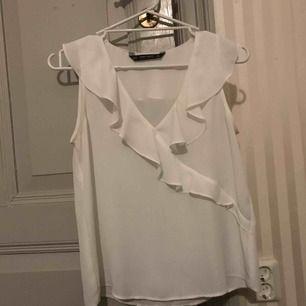 Sjukt snygg blus från Zara sålde slut direkt! Som ny!😍 säljer då den blivit för liten🥰