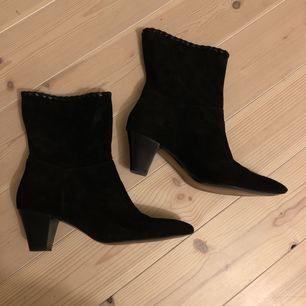 Svarta mockaboots från Zara. Flätad läderkant upptill. Använda ca en gång, dvs mkt bra skick!