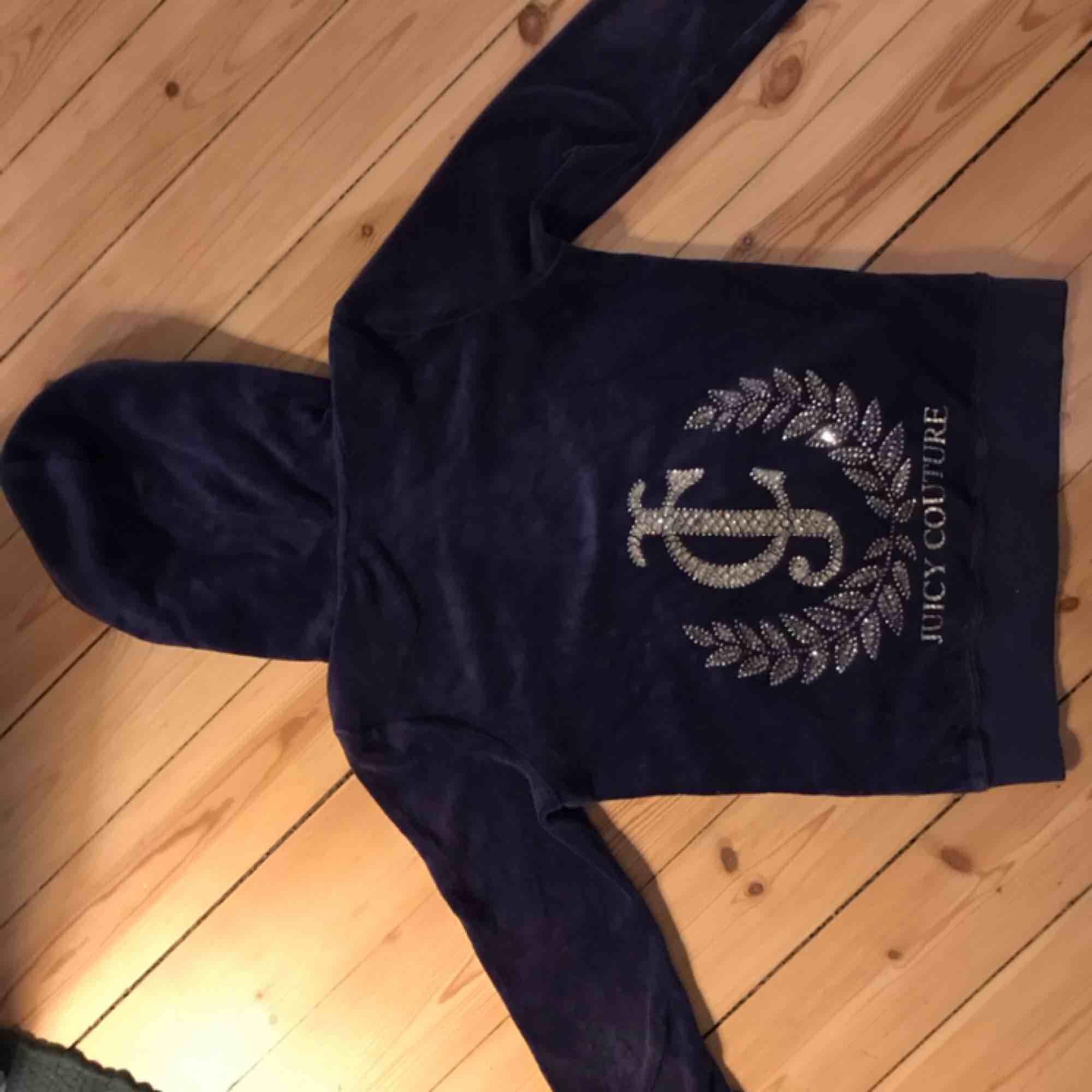 Juicy couture set med byxa och tröja, tröjan har tryck med stenar på ryggen och byxorna är raka hela vägen ner, i stl xxs💕💕 frakt 30 kr :). Tröjor & Koftor.