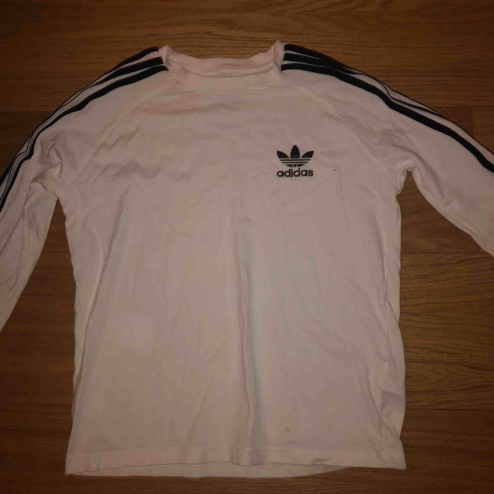 Vit adidas originals tröja, superfint skick😊 använd endast en gång🤩 säljs pga ingen användning🤩. Tröjor & Koftor.