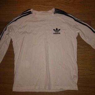 Vit adidas originals tröja, superfint skick😊 använd endast en gång🤩 säljs pga ingen användning🤩