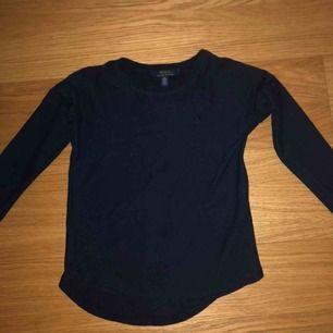 Marinblå Ralph Lauren tröja från Kidsbrandstore!🤩 Inslag av glitter, säljs pga för liten😊