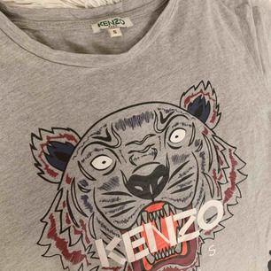 Säljer min Kenzo t-Shirt, äkta. Knappt använd alls och är därför i jättebra och fint skick! Säljer pga att jag har för mycket kläder och använder inte. Köparen står för frakt!