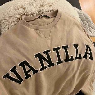 Sparsamt använd SUPERskön tröja från bikbok! Är verkligen supermysig så recomend recomend, säljer pga att jag har för mycket kläder och använder inte :( Köpren står för frakt.