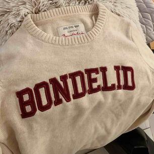 Säljer min stickade bondelid tröja, är använd ca 3 gånger och köpte för ca 850/900 kr😅 dvs i nyskick, säljer pga att den bara ligger i min garderob. Köparen står för frakt!