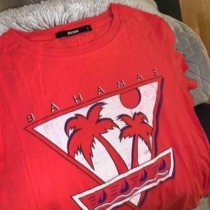 En basic snygg T-shirt från bikbok som är använd typ 1 gång, är därav i nyskick. Köparen står för frakt!