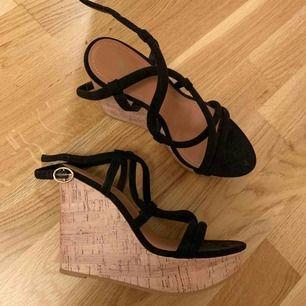 Säljer mina oanvända skor köpta från H&M, de är lite dammiga och därför ser de lite skitiga ut. Säljer pga att jag aldrig har använt dom och dom bara tar plats nu. Köparen står för frakt!