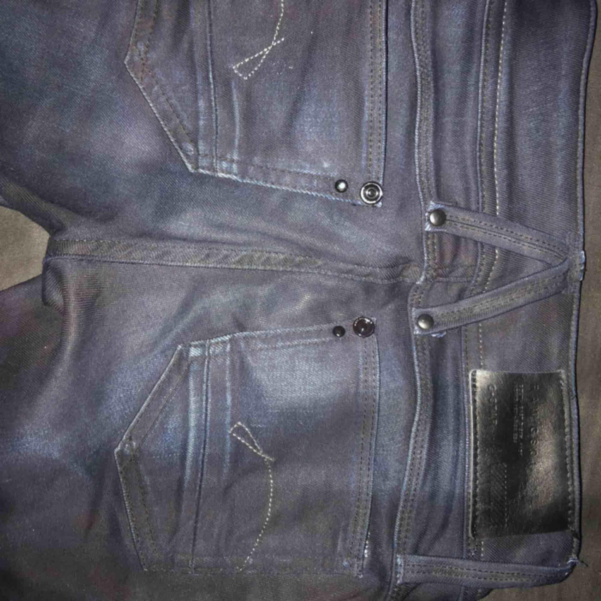 Ett par G-star Raw jeans  Mörk blåa/svarta detaljer  Aldrig använda (för små På mig) . Jeans & Byxor.