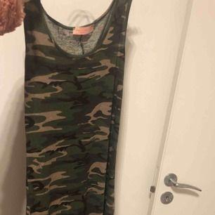 Snygg lång klänning med slits på sidorna. Strl L, tror den passar M också! Säljaren står för frakt!