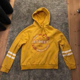 Hoodie från märket Gina Tricot i storleken S. (Sparsamt använd) Ansvarar inte för frakt eller postens slarv.