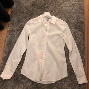 Skjorta med prislapp kvar från märket Hm.  Storlek: 36 (S)  Ansvarar inte för frakt eller postens slarv.