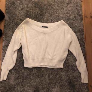 Stickad tröja från märket Gina Tricot i storleken S.  (Använd vid några få tillfällen)  Ansvarar inte för frakt eller postens slarv.