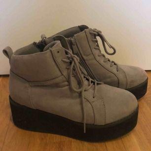 """Ljusgråa """"Platform"""" skor i mocka imitation. Köpta för något år sedan och har används som mest 2 gånger. Riktigt fina som ger en lite mer unik look till outfiten:)  Frakt tillkommer på ca 60kr"""
