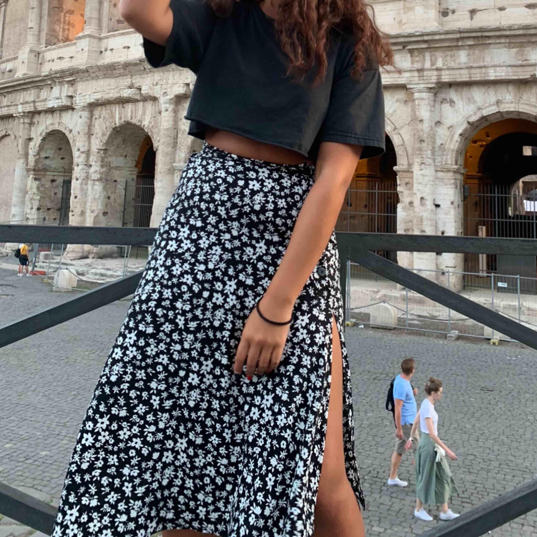 suuuperfin kjol köpt från Bershka i Italien. Den har ett hål vid dragkedjan som går att fixa med nål och tråd (kan skicka bild vid intresse). Köpare står för frakt ✨. Kjolar.