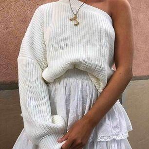 Superfin one shoulder tröja! Passar till allt och är verkligen supersnygg🤩🤩🤩den är aldrig använd så den är i nyskick!💖