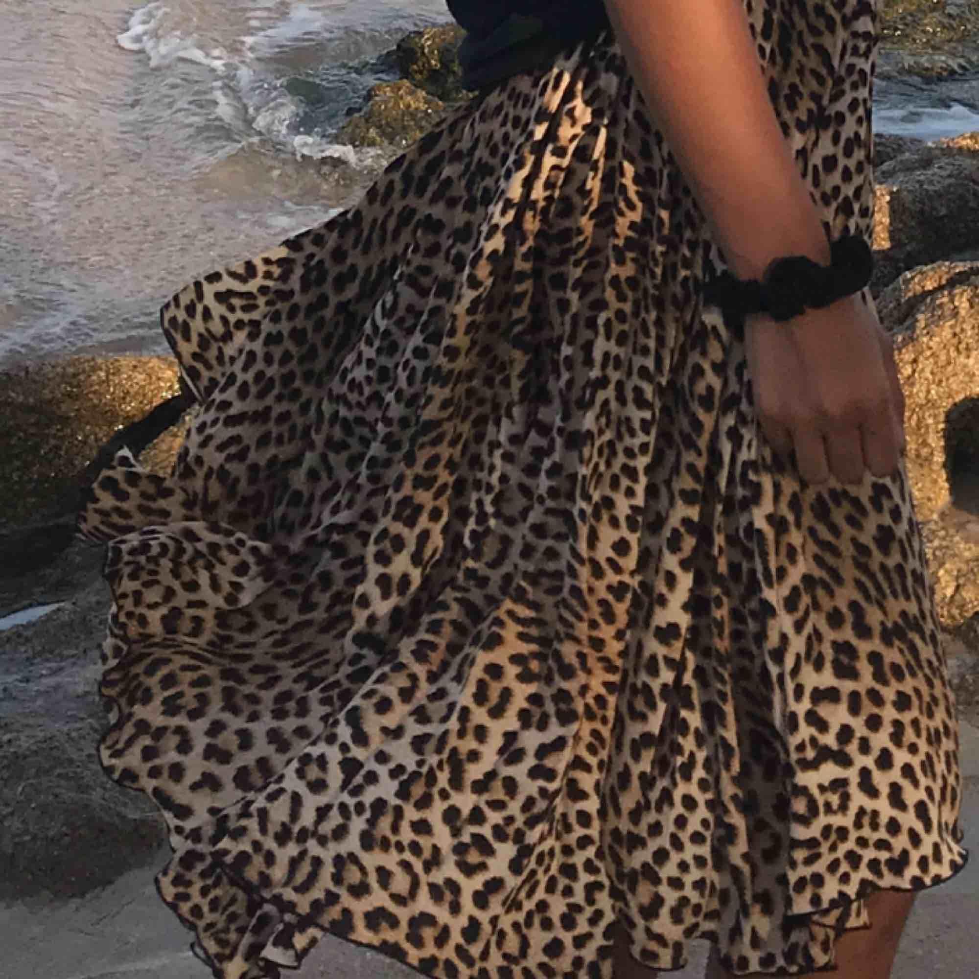 En supersnygg plisserad kjol från Gina! Den är endast använd under en semester,så kjolen är i nyskick! . Kjolar.