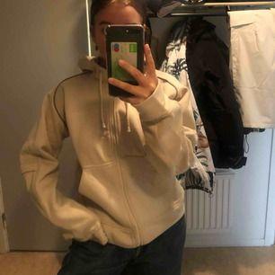 Säljer en beige tjocktröja som aldrig kommer till användning:( det står att tröjan är L men jag är en S och den sitter bara lite större på mig, så skulle gissa på att det är barnstorlek! 150kr men frakt inkluderat i priset! Finns i malung