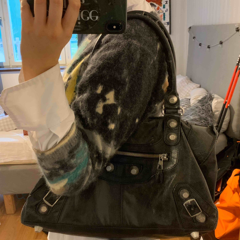 Balenciaga väska jag själv köpte för längesedan om i hopp att den var äkta, vilket den inte var, har där efter inte blivit använd. De är dock en väldigt fin kopia!! Går absolut att ge bud och fler bilder skickas på förfrågan MVH. Väskor.