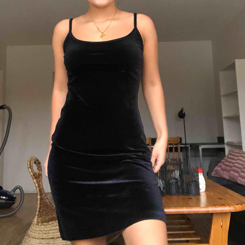 Säljer världens finaste sammet klänning ifrån indiska🥰 klänningen är så himla fin men jag använder aldrig klänningar:( frakten är inkluderad i priset!. Klänningar.