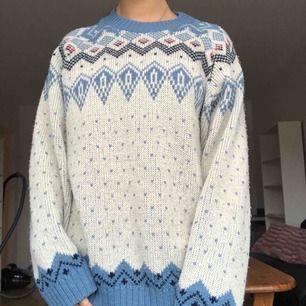 Säljer en jätte fin stickad vintage tröja från 80talet☺️ det står inte vilken storlek det är i tröjan men skulle gissa på stor M/liten L! Frakt är inkluderat i priset💕