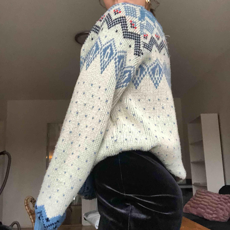 Säljer en jätte fin stickad vintage tröja från 80talet☺️ det står inte vilken storlek det är i tröjan men skulle gissa på stor M/liten L! Frakt är inkluderat i priset💕. Stickat.