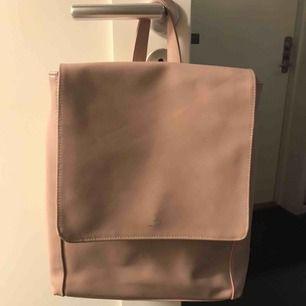 skinn ryggsäck från even&dd, har 2 små fläckar men dem är knappt synliga 💗