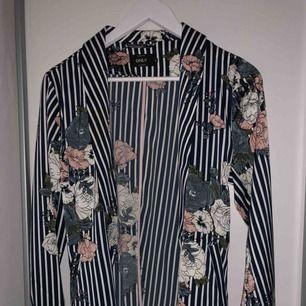 En blåvit randig blazer från Vero moda, använd 1 gång, säljs pågrund utav att den är för stor.