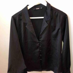 En superfin silkes/siden blus med knappar. Varit en av mina favorit blusar, men är inte riktigt min stil längre. Frakt tillkommer