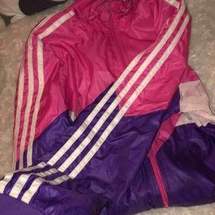 Adidas jacka i rosa och lila, superbra skick trots använd 😊 Inga fläckar, den är rosa inuti.
