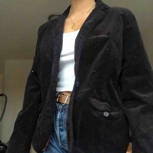 Säljer en Manchester jacka ifrån Ellos! Jag är en S och den sitter bra på mig⭐️ frakt ingår i priset!