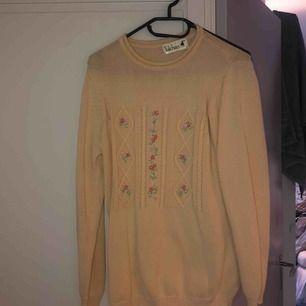 Super söt stickad tröja ifrån en secondhand⭐️ 150kr med frakt inräknat 🥰