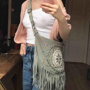 Söt hippieaktig väska med fransar i mocka💕💕kan mötas upp :)