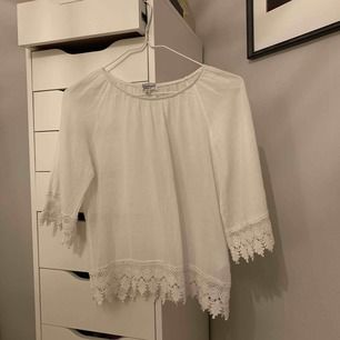 Söt vit blus med söta detaljer  Aldrig använd!