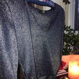 Glittertop perfekt inför nyår!!✨✨ bara använd 1 kväll, nyskick. Lite croppad i magen därför skulle jag säga den passar S bättre än M😘