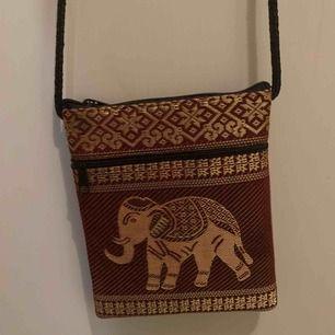 Cool liten väska med en elefant på. Finns att hämta i Norrköping. Vet inte frakten just nu men kan ta reda på det om någon är intresserad. Frakten ingår inte.
