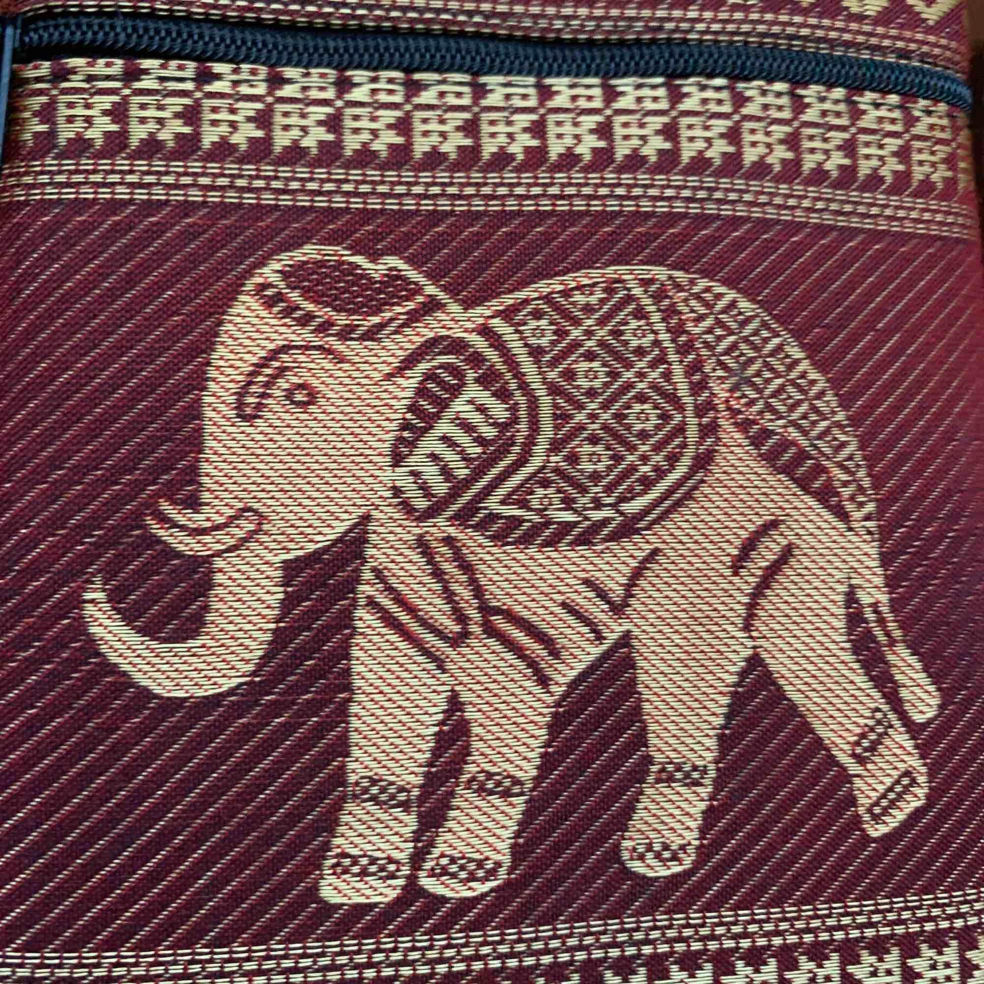 Cool liten väska med en elefant på. Finns att hämta i Norrköping. Vet inte frakten just nu men kan ta reda på det om någon är intresserad. Frakten ingår inte.. Väskor.