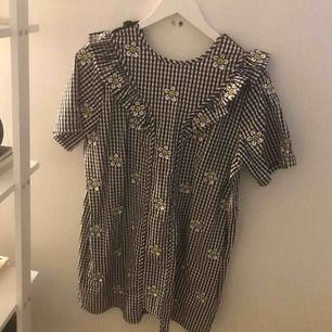 Superfin klänning med fickor o öppen knyt rygg från Lazy Oaf. Aldrig använd, passar en xs-M beroende på önskad passform.