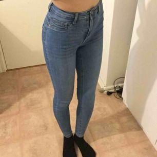 Högmidjade jeans från gina tricot, modellen molly. Obs den är lite liten i storleken. Jag brukar som referens bära S 🍒 Frakt 56 kr