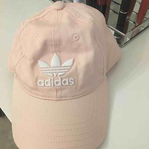 Gullig rosa adidas hat. Köpte den för jätte länge sen men har aldrig använt den eftersom jag passar inte riktig i hattar hehe. Frakten är redan inkluderad i priset