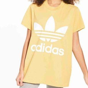 Helt ny oversized adidas t-shirt, aldrig använd då jag har 2 likadana. Färgen ser ut som p första bilden irl. Kan mötas i stockholm, annars tillkommer frakt. (Köpt för typ 250, säljer den billigt pga att jag rensar garderoben)