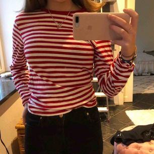 En jättefin rödrandig tröja i superbra skick!