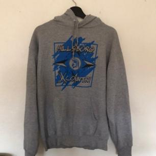 Säljer denna gråa hoodien med tryck på! ❤