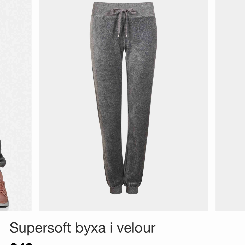 Gråa populära mjukisbyxor från cubus! Nypris: 249kr 🥰 möts upp i centrala Sthlm eller fraktar . Jeans & Byxor.