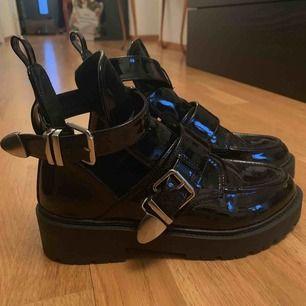 Balenciaga inspirerade skor från Nelly. Använda en gång, alltså som nya. Storlek 38 men funkar på mig som har 37 ibland också.