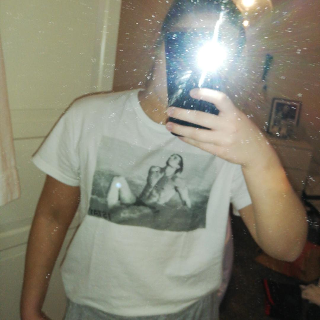 Supersnygg vit tshirt med tryck från Carlings! Knappt använd så jättebra skick! Köparen står för frakt! . T-shirts.