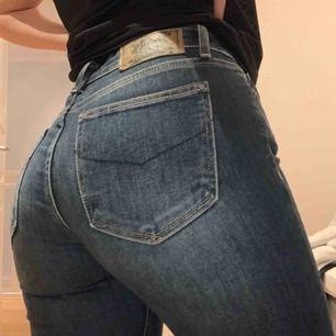 As snygga crocker bootcut jeans!! Egna gjorda hål! Skit snygg. Sitter som en smäck. Inköpt för 500kr säljer nu för 199kr! Kan bäras till allt. Kommer dock tyvärr int etik användning, använt fåtal gånger! ✨🤛