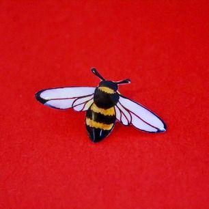 Handgjorda pins.  20% går till Operation: Rädda Bina (Naturskyddsföreningen) Läs mer & beställ på instagram.com/smallpin.bigstatement