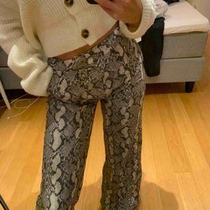 Säljer dessa super snygga vida kostymbyxorna i orm-imitation!!🐍 Sitter jättebra, kommer tyvärr inte till användning! Stolek 34, köpt för 399 tror jag! Säljer nu billigt! Använt en gång på nyår! Tror ej dom finns längre