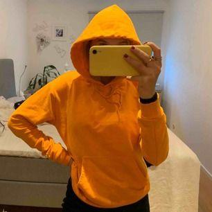 Säljer denna super mysiga hoodie från carlings. Säljer pga att jag har för många. Använd ett fåtal gånger. Den är i stolek XS å sitter super bra. Inköpt för 500kr, säljer för 149kr. Köparn står för frakten, om det skulle behövas ⚡️💕
