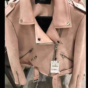 Rosa jacka från zara i mocca. Den är i storlek S och bra skick. Kan mötas upp i Stockholm annars står köparen för frakt.💞